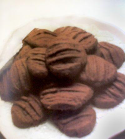 Galletas de chocolate en horno microondas. Plato con varias galletitas.
