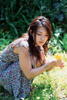 Artis Dewasa JAV Haruna Yabuki pegang bunga sendiri putih rahasia