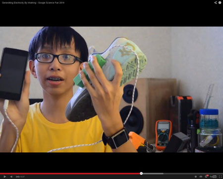 Remaja Ini Ciptakan Sepatu Pengisi Batere Ponsel