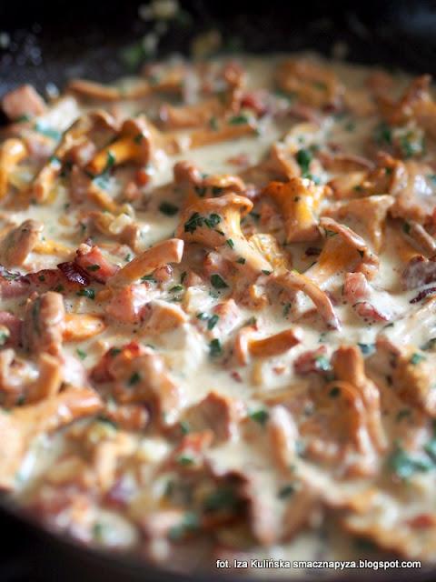 sos grzybowy, kurki, sos śmietanowo kurkowy, grzyby z boczkiem w śmietanie, sos do klusek, kluski dyniowe z sosem kurkowym