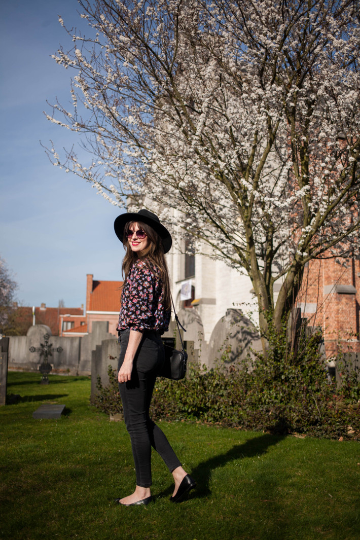 wide brim hat, floral blouse, high waisted skinnies and pointy toe flats
