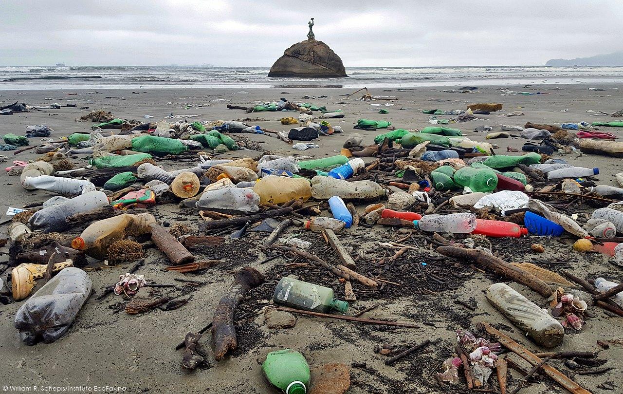 Com a interrupção da limpeza das praias, o lixo trazido pelas ondas se acumulou na faixa de areia da praia do Itararé, em São Vicente