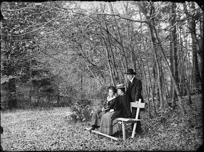 Ausflug in die Umgebung - Familie auf der Bank im Wald - 1910-1930
