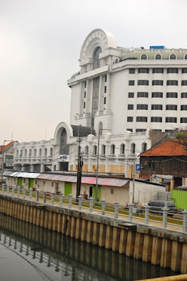 pemandangan di sekitar jembatan kota intan wisata kota tua