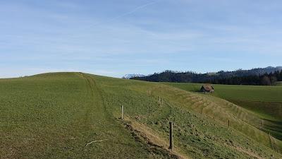 Ein Hügel, ein Berg, eine zerfallene Scheune
