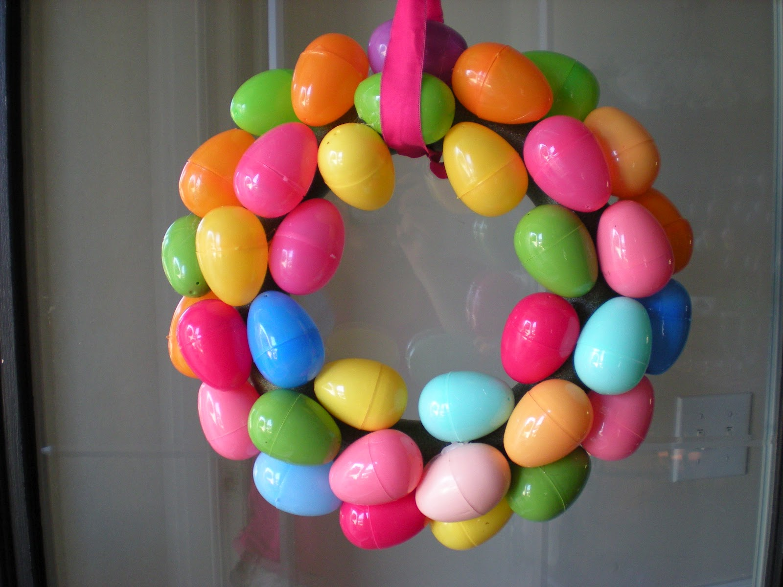 ... that's how I would describe this cute and simple Easter egg wreath