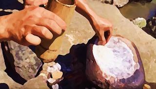Extraindo sal de forma primitiva com a evaporação de água do mar