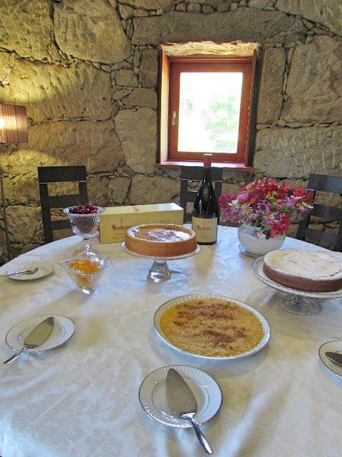 mesa de sobremesas com garrafa de espumante da Quinta de Soalheiro