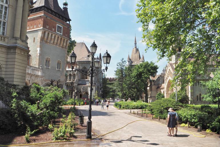 Cour du château de Vajdahunyad dans le bois-de-ville à Budapest