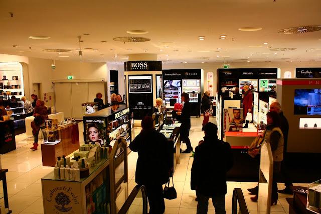 8f4231892aac6 A loja está ao longo da Avenida Kurfurstendam, Ku'damm para os íntimos. Mas  a principal atração deste bairro não são as lojas, a KaDeWe e nem mesmo o  ...