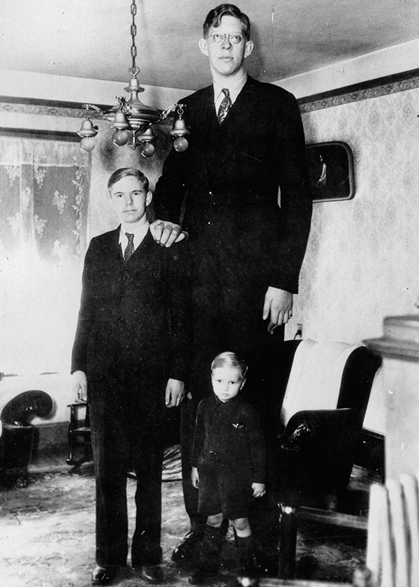 Wadlow's photot at age 17 with his brothers in 1935