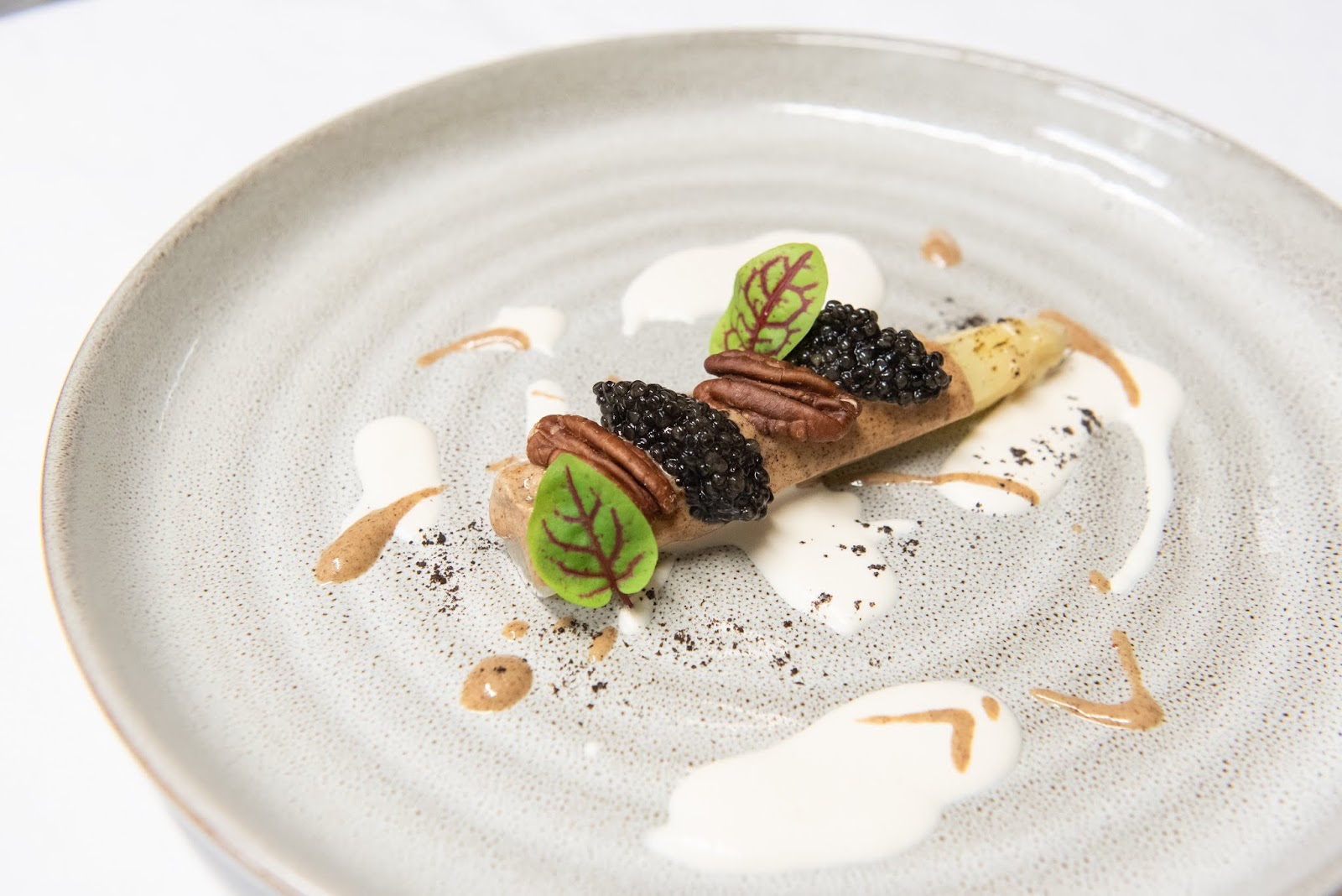 Asparago bianco, miso, noci pecan e caviale