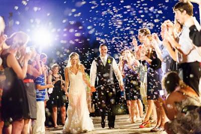 saída dos noivos, casamento, noivos, noiva, noivo, cerimônia, bolas, bolinhas, bolhas, bola, bolha, bolinha, sabão