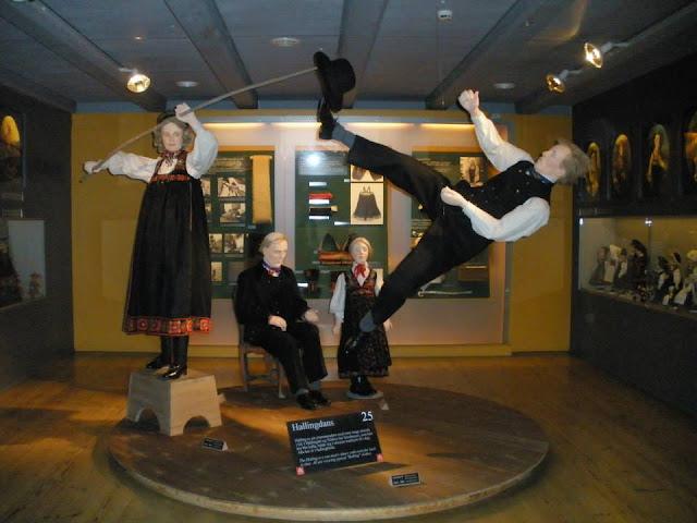 Hallingdans (Museo Folklórico de Noruega)