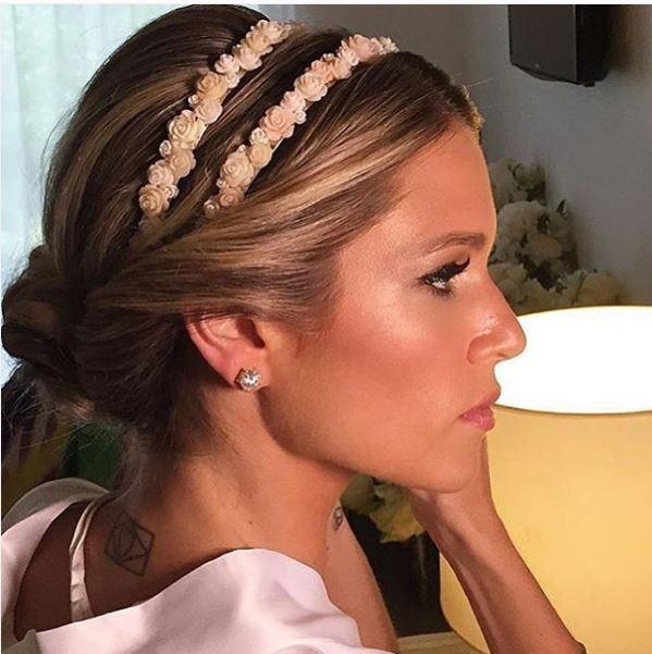 Foto de perfil da noiva, penteado dela em evidencia coque com coroa