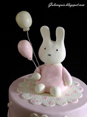 Figura conejo tarta bautizo niña