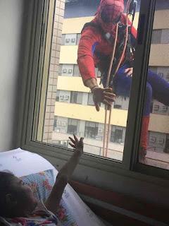 Limpiador de vidrios en un hospital pediátrico