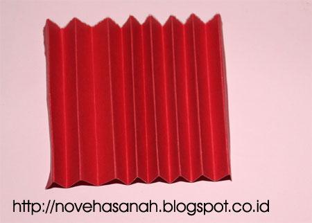 kita mulai dengan kertas pertama, lipat dengan lipatan akordion dengan lebar sekitar 1 cm. bisa kan melipat seperti ini?