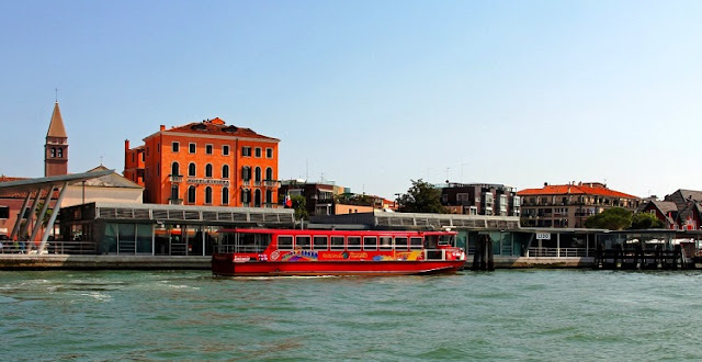 Barco turístico em canal de Veneza