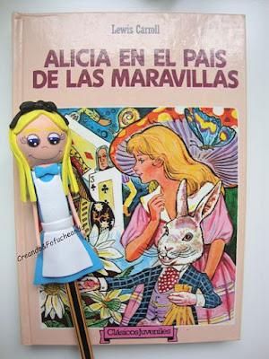 Fofulápiz-Alicia-y-libro-tutorial-fofulápiz-Alicia-en-el-país-de-las-maravillas