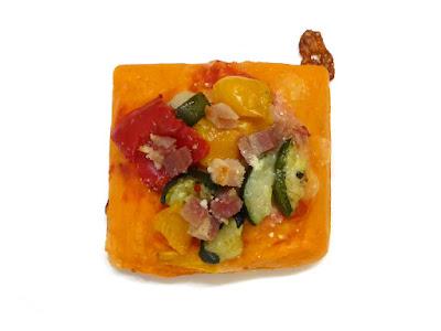 夏野菜とベーコンのフォカッチャ | PECK(ペック)