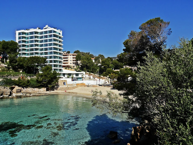 malutka plaża na Majorce, piaszczyste wybrzeże