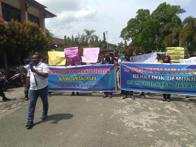 Demo di Kantor Bupati, Puluhan AOP Khenambay Umbay Minta Hasil Pleno Rekapitulasi Dibatalkan