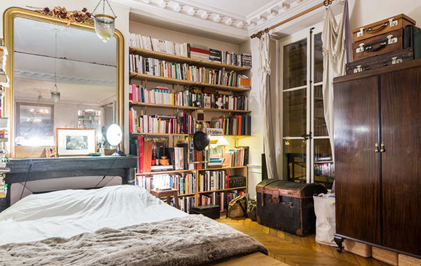 Chambre avec bibliothèque et meubles chinés