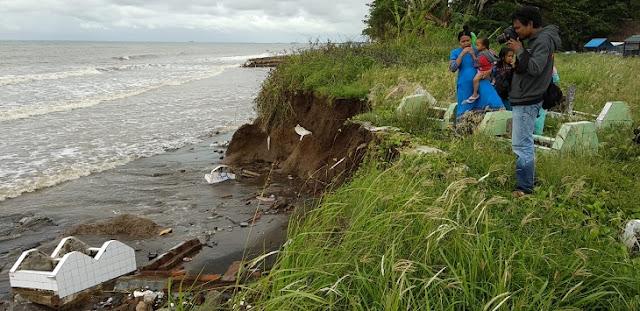 Abrasi Pantai Takalar, Kuburan Ambruk Berjatuhan ke Laut
