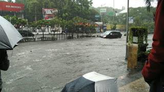 Bandung Banjir Kang Emil Minta Maaf, Pas Jakarta Banjir Ahok Salahkan Gorong-gorong