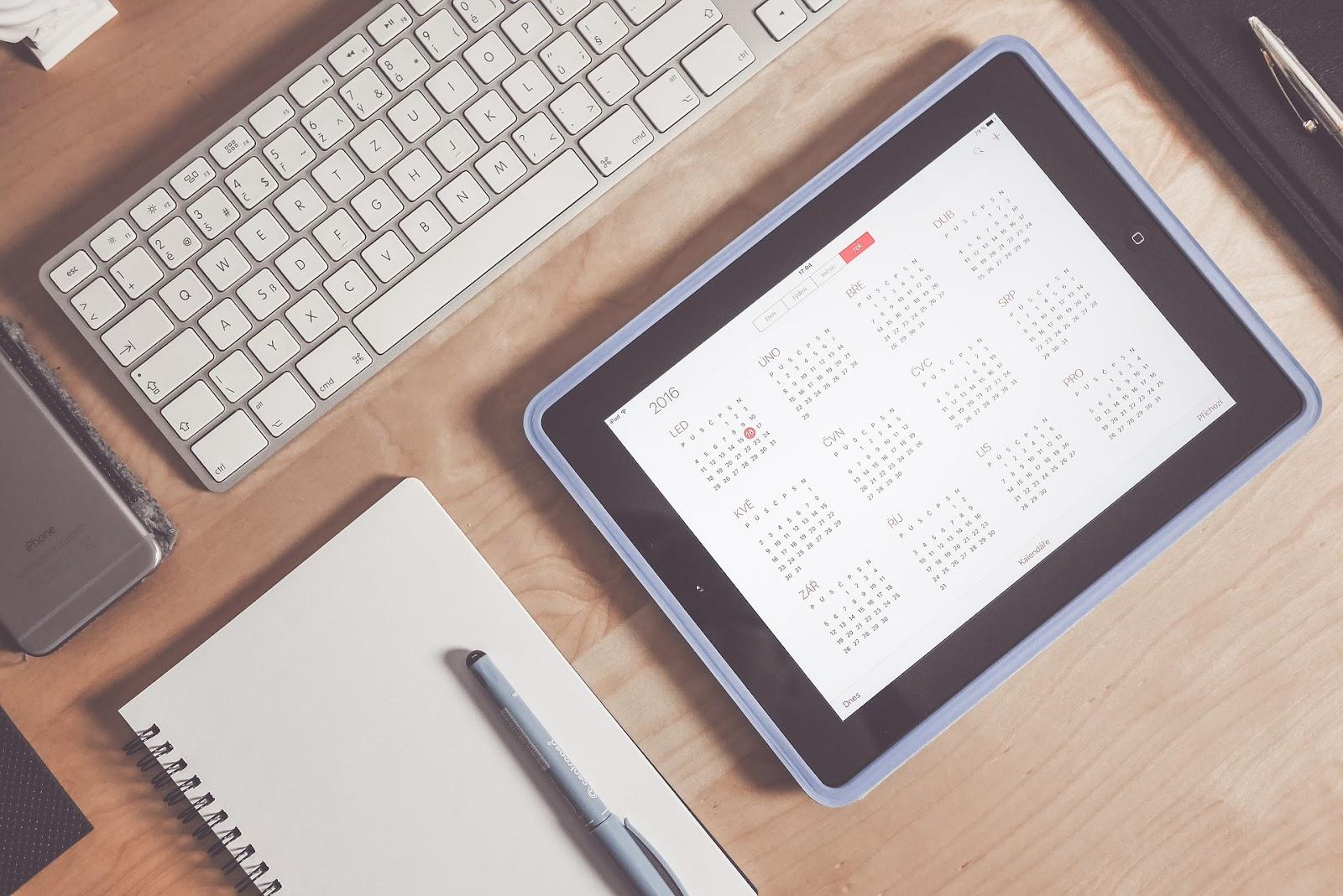 Kalendarz z miesiącami na iPadzie.