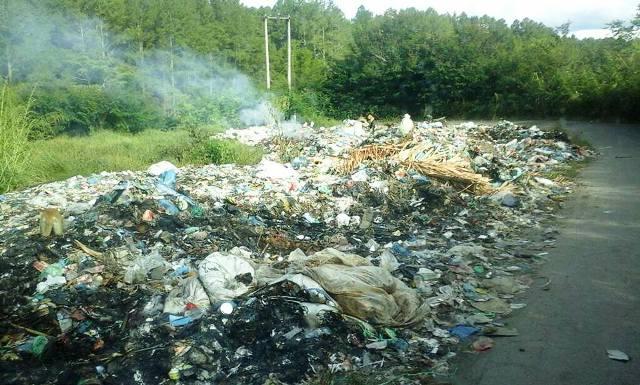 Tepi jalan menuju Haranggaol, di kawasan Hutan Sigiring-giring, dijadikan TPA sampah oleh Pemkab Simalungu