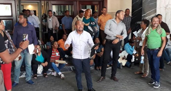 Profesores protestan en el interior del Ministerio de Educación