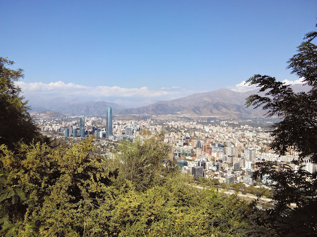 Vista del edificio Costanera desde Cerro de San Cristobal, Santiago, Chile