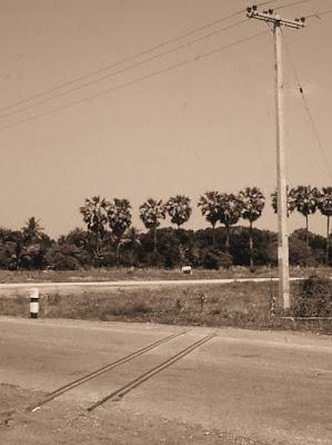 черно-белая фотография дороги в Таиланде