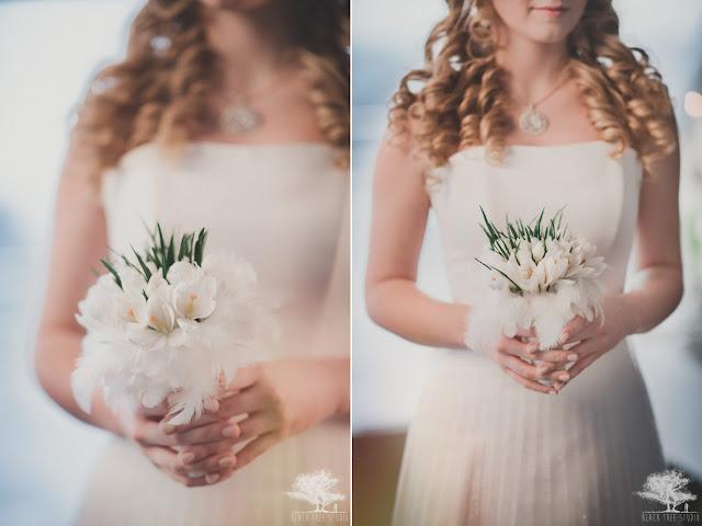 Wiosenny bukiet ślubny z krokusami i piórkami.