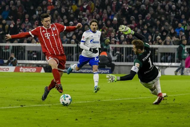 Robert Lewandowski mencetak satu gol saat Bayern Muenchen menang 2-1 atas Schalke 04 pada pertandingan Bundesliga di Allianz Arena