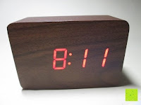 Uhrzeit: kwmobile Wecker Digital Uhr aus Holz mit Geräuschaktivierung, Temperaturanzeige und Tastaktivierung