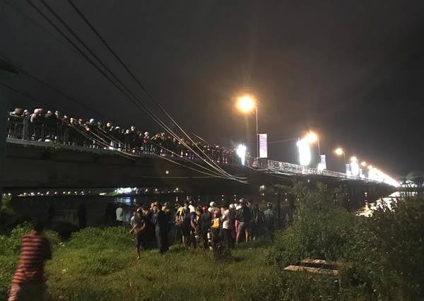Quảng Ngãi Người dân dầm mưa xem tìm thi thể nạn nhân nhảy cầu Trà Khúc