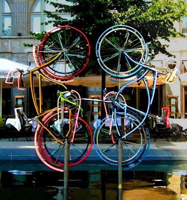 Esculturas y arte  con dos  bicicletas
