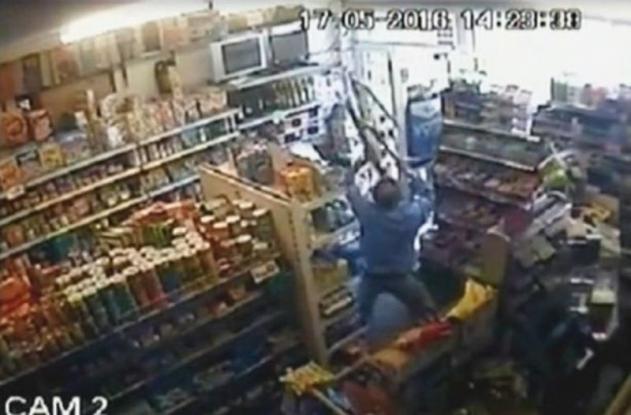 Επίδοξος ληστής έφαγε της χρονιάς του: Ο καταστηματάρχης τον χτύπησε με σκάλα (Video