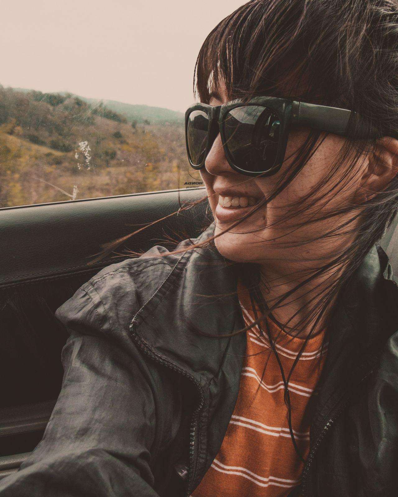 garota observando paisagem no carro