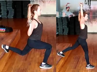 Zancada alternada con extensión de brazos con barra para mujeres