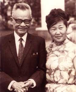 Nhà văn Nguyễn Công Hoan chụp ảnh lưu niệm với nữ nhà văn Mông Cổ.