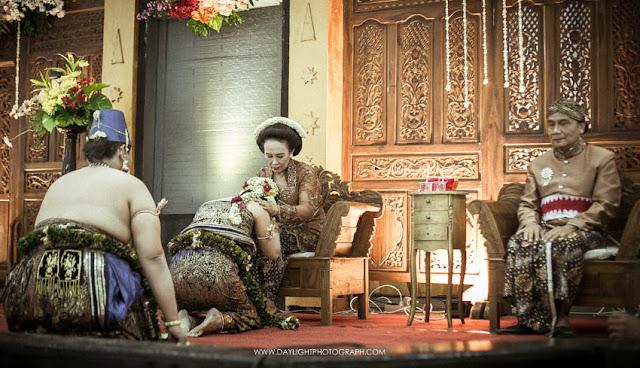 foto pernikahan tradisional gaya yoygakarta dengan busanan basahan