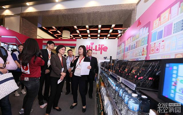 商業司長李鎂(圖中)參觀由工研院與超商萊爾富合作推出的「智慧科技體驗商店」