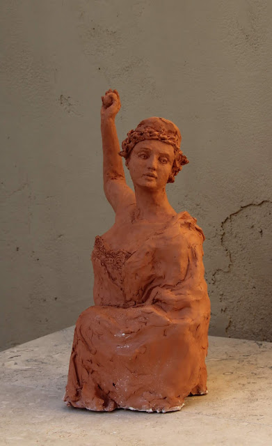 sculpture, contemporary, art, arte, escultura, terracotta, woman, Sarah, Myers, statue, figurative, modern, ultra-contemporary, movement, red, clay, earthenware, ceramics, apple, fruit, discord, Eris, half-length, realistic, artist, myth, Greek, legend, kunst, skulptur, vitality, motion, golden, gold, graceful, throw, toss, expression, technique