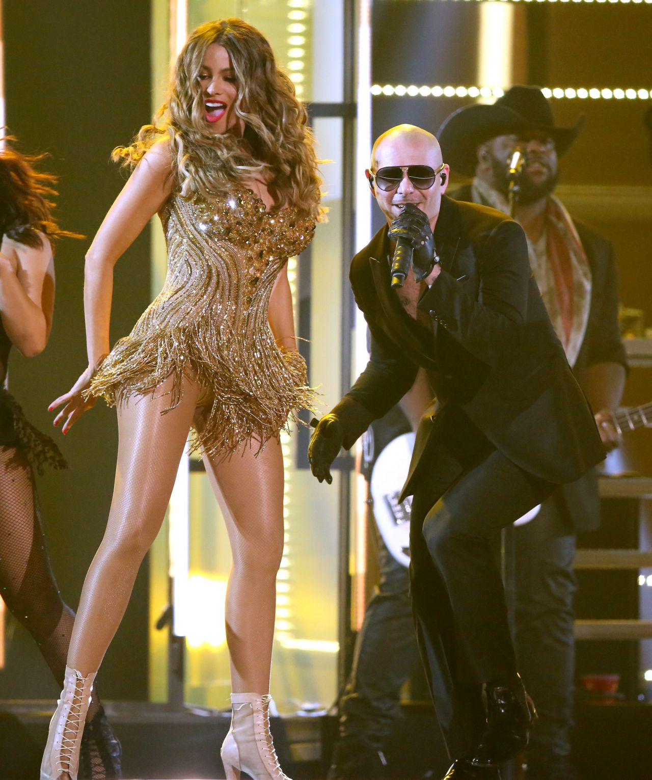 Sofia Vergara shows off sexy dance moves with Pitbull at the Grammy Awards 2016