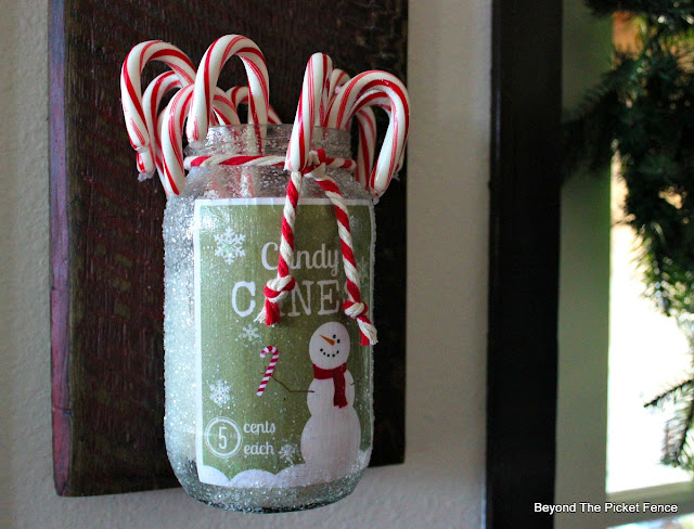 Christmas printable, candy canes, reclaimed wood, glitter, decoupage, https://goo.gl/7NTkZ1