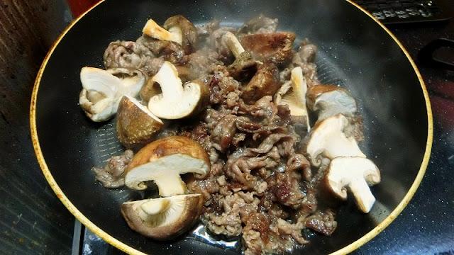 牛肉をフライパンで炒めたら、しいたけを加える。余分な油は拭き取る。